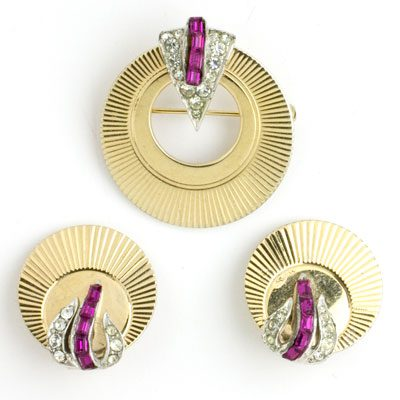 Vintage circle pin in gold with ruby & diamanté accents