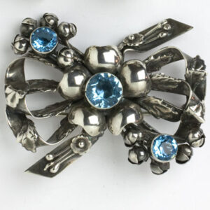 Sterling brooch adorned w/aquamarine