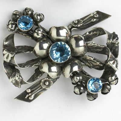 Sterling brooch adorned w/aquamarine