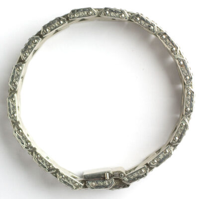 Bracelet top, showing construction