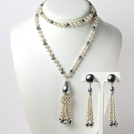 Sautoir necklace and earrings set with grey and white pearls